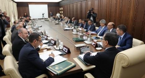 رئيس الحكومة يؤكد أهمية القيام بإعادة هيكلة شاملة وعميقة للبرامج الاجتماعية
