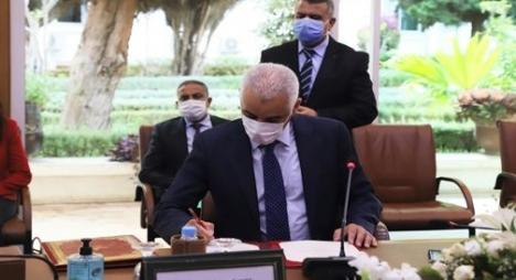 """وزير الصحة يوقع مذكرة تفاهم لاقتناء لقاحات ضد """"كورونا"""""""