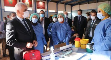 """خنيفرة.. وزير الصحة يتفقد مجريات الحملة الوطنية للتلقيح ضد """"كوفيد 19"""""""