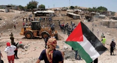 الاحتلال يغلق قرية الخان الأحمر بالمكعبات الإسمنتية