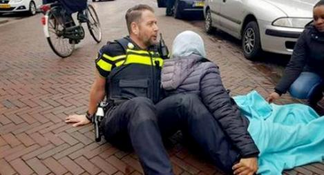 هذا ما صنعه شرطي هولندي مع امرأة محجبة بعد حادث سير
