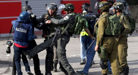 في يوم الأسير الفلسطيني..الاحتلال الاسرائيلي يعتقل 22 صحفيا