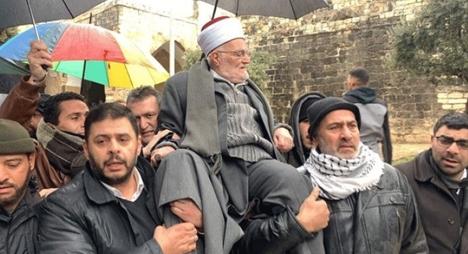 رغم منع الاحتلال الإسرائيلي..خطيب الأقصى يدخل المسجد محمولا على الأكتاف