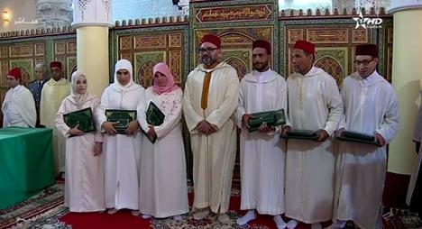 أمير المؤمنين يسلم جائزة محمد السادس للمتفوقات والمتفوقين في برنامج محاربة الأمية بالمساجد