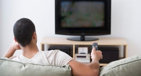 دراسة: جلوس الرجال أمام التلفزيون يسبب سرطان القولون والمستقيم