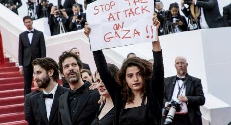 """ممثلة فرنسية ترفع لافتة """"أوقفوا الاعتداء على غزة"""" بمهرجان """"كان"""""""