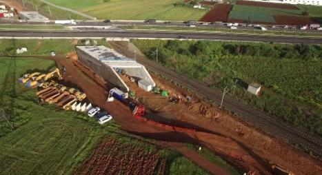 """في ظرف 14 يوما.."""" ONCF """" تنهي أشغال بناء قنطرة على الطريق السيار"""