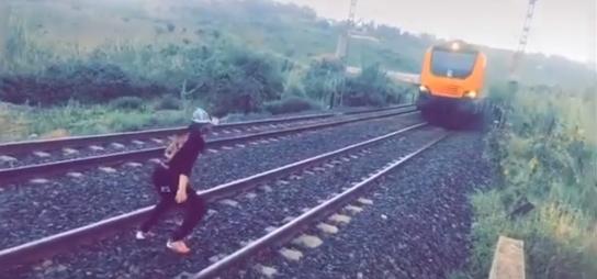 """ONCF"" يوضح بخصوص اعتراض شاب لقطار فوق السكة الحديدية"