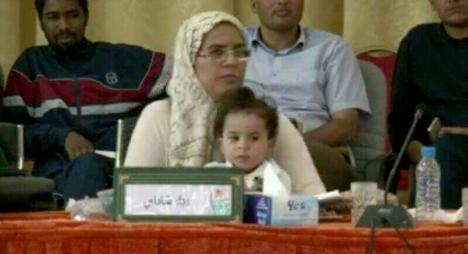 """تفاعل """"فايسبوكي"""" مع صورة لمستشارة تحمل طفلتها في دورة """"درعة تافيلالت"""""""