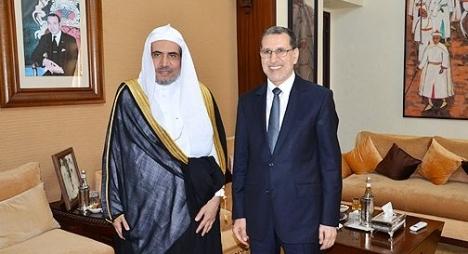 """رئيس الحكومة و""""رابطة العالم الإسلامي"""": للعلماء دور حيوي في لمّ شمل الأمة"""