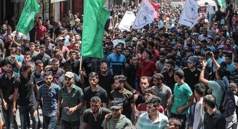 مئات الفلسطينيين يشيعونجثامين 3 شهداء استشهدوا برصاص الاحتلال الإسرائيلي