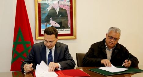 """توقيع اتفاقية إطار بين """"الوزارة المكلفة بالعلاقات مع البرلمان"""" والمجموعة المغربية للتطوع"""