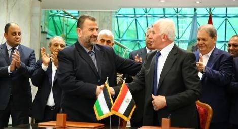 التوقيع على المصالحة بين حماس وفتح وسط ترحيب فلسطيني