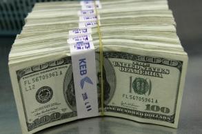الدولار ينتعش واليورو يتراجع