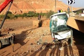 قتيل وعشرات الجرحى في حادث انحراف حافلة  بين...