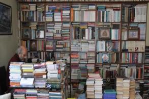 متقاعد يعيش مع 30 ألف كتاب بمنزله: فقدان كتاب مثل...