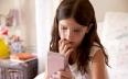 تقرير يعرض خطورة اقتناء الوالدين هواتف ذكية...